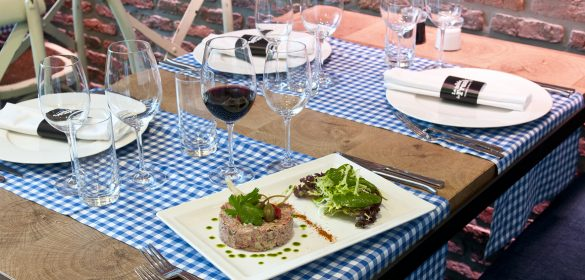 la-table-de-frank-vin-rouge-americain-prepare-frites-recette-entrevue-vigneronne-cave-des-sommeliers